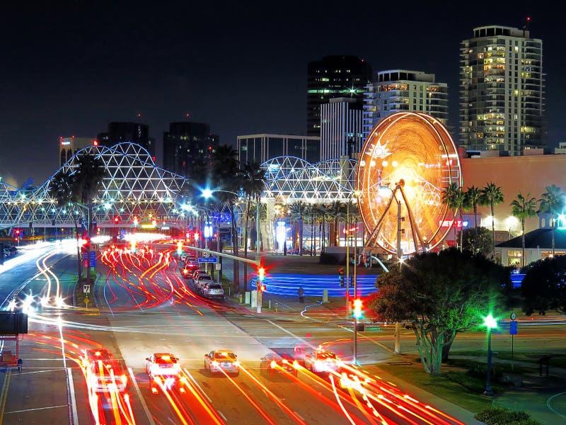 Azionamento di Shoreline, esposizione lunga Ferris Wheel Long Beach CA fotografia stock