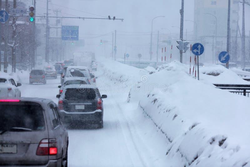 Azionamento di traffico della tempesta della forte nevicata immagini stock