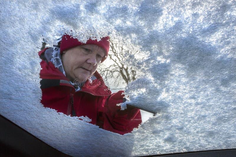 Azionamento - neve di inverno - del parabrezza immagine stock libera da diritti