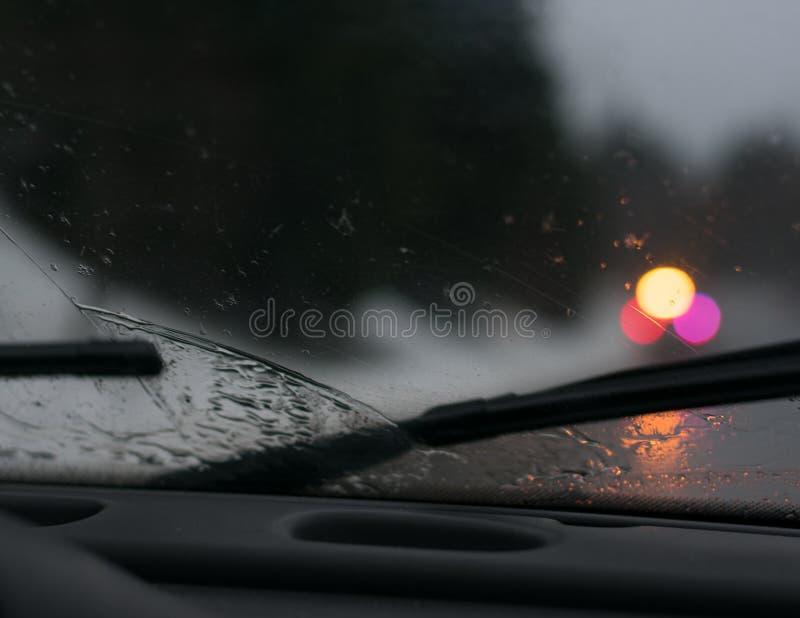 Azionamento piovoso su una notte tempestosa fotografia stock