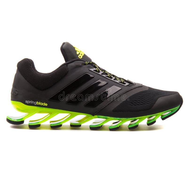 Azionamento scarpa da tennis nera e verde di 2 di Adidas Springblade fotografie stock