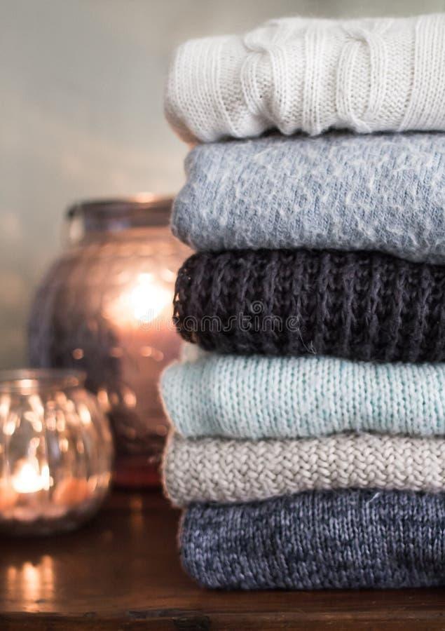 Azione dei maglioni tricottati caldi fotografia stock libera da diritti