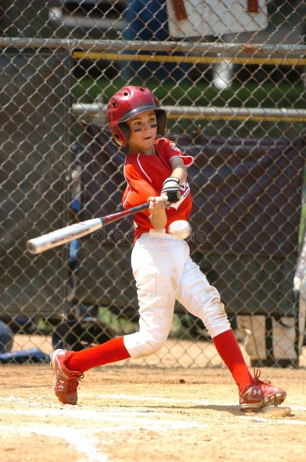 Azione del gioco di baseball della piccola lega immagine stock