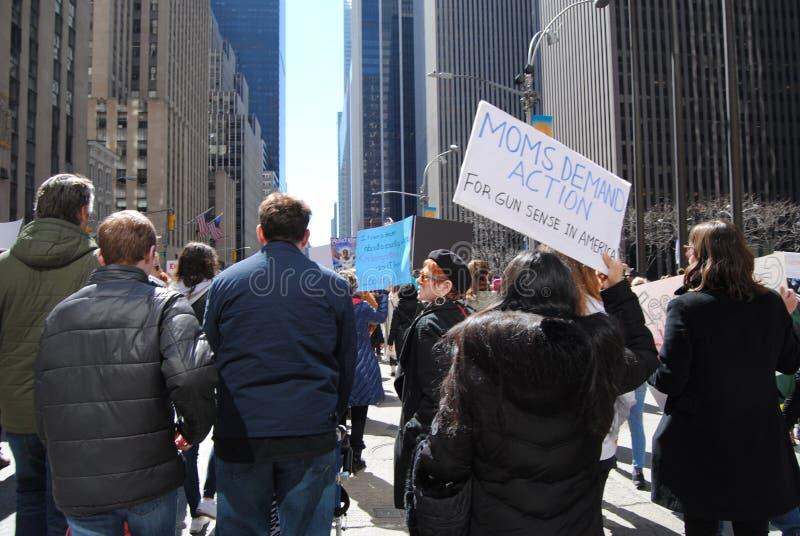 Azione della domanda delle mamme, controllo delle armi, marzo per le nostre vite, protesta, NYC, NY, U.S.A. immagine stock