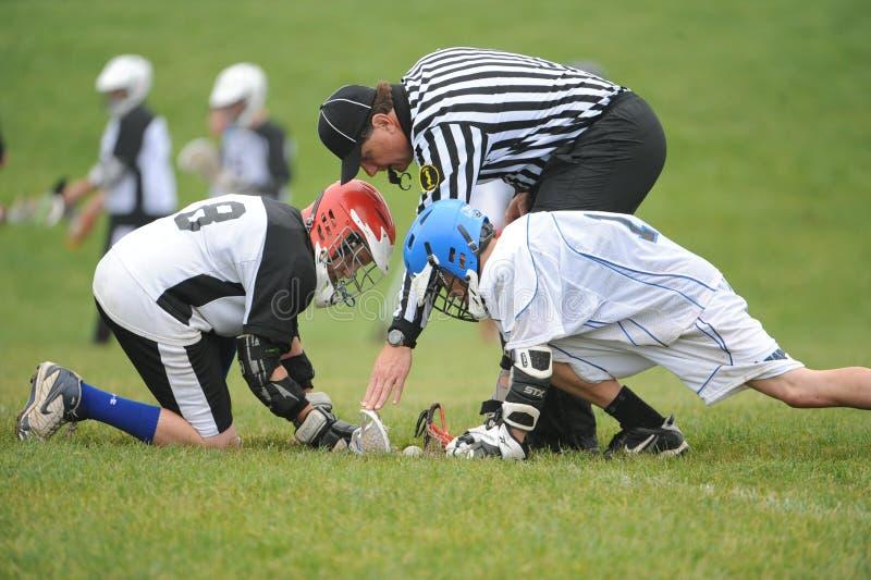 Azione di lacrosse della gioventù fotografie stock libere da diritti