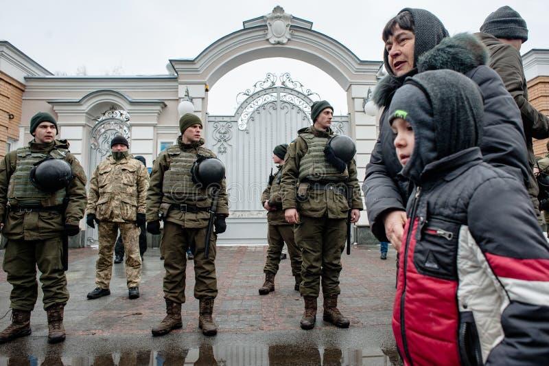 Azione di protesta sotto la residenza di Petro Poroshenko fotografie stock