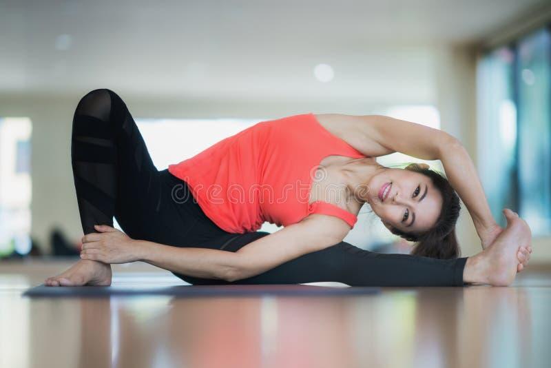 Azione diffical di yoga del lavel della posta asiatica di signora immagine stock libera da diritti