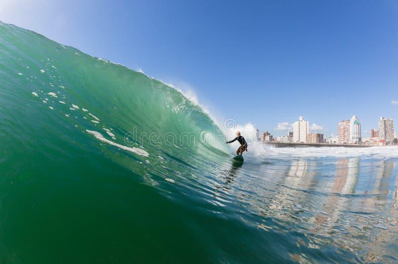 Azione praticante il surfing del surfista fotografia stock