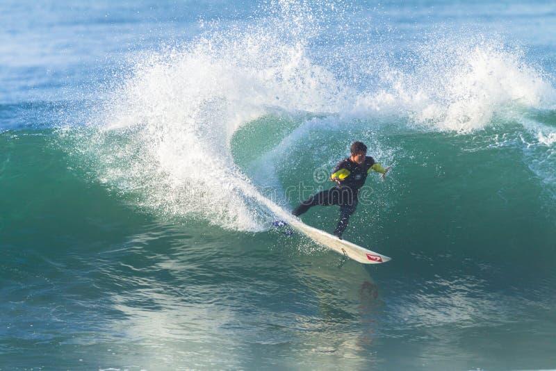 Azione praticante il surfing di giro del surfista immagine stock libera da diritti