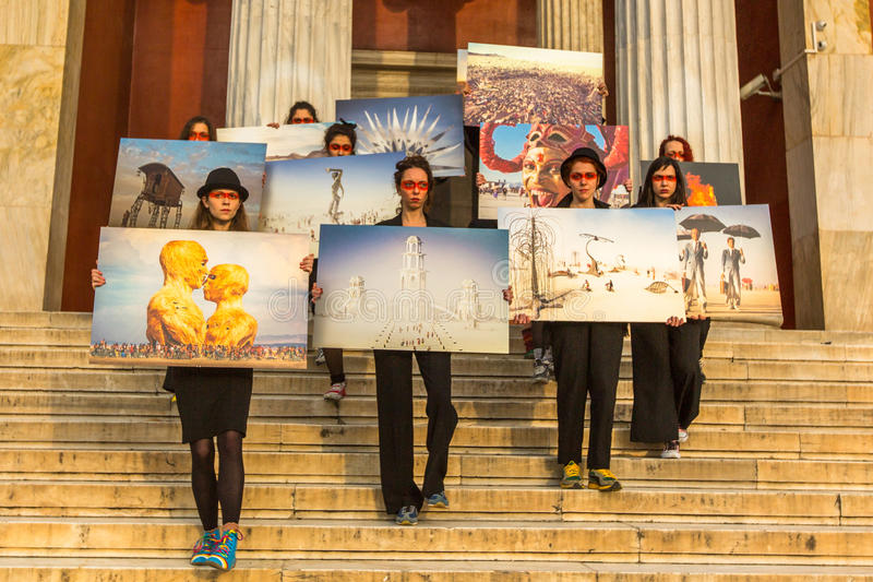 Azioni dei partecipanti di arte contemporanea - esposizione di camminata bruciante della foto dell'uomo fotografia stock libera da diritti