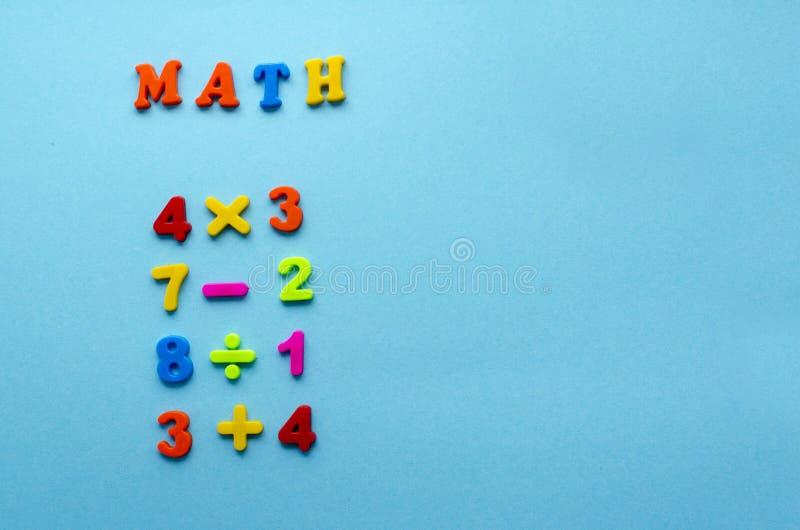 Azioni matematiche sul fondo della carta blu immagine stock