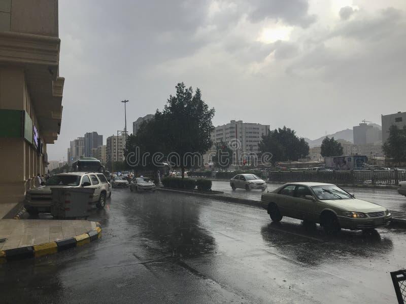 AZIZIYAH, MECCA-CIRCA MAGGIO 2019: Caduta di versamento pesante della pioggia al centro commerciale di Aziziyah in Aziziyah, prov immagini stock libere da diritti