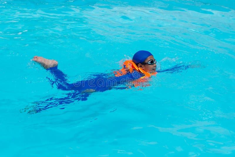 Azja chłopiec dopłynięcie w basenie obrazy royalty free