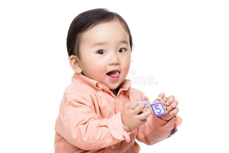 Azja chłopiec sztuki zabawki blok obraz stock