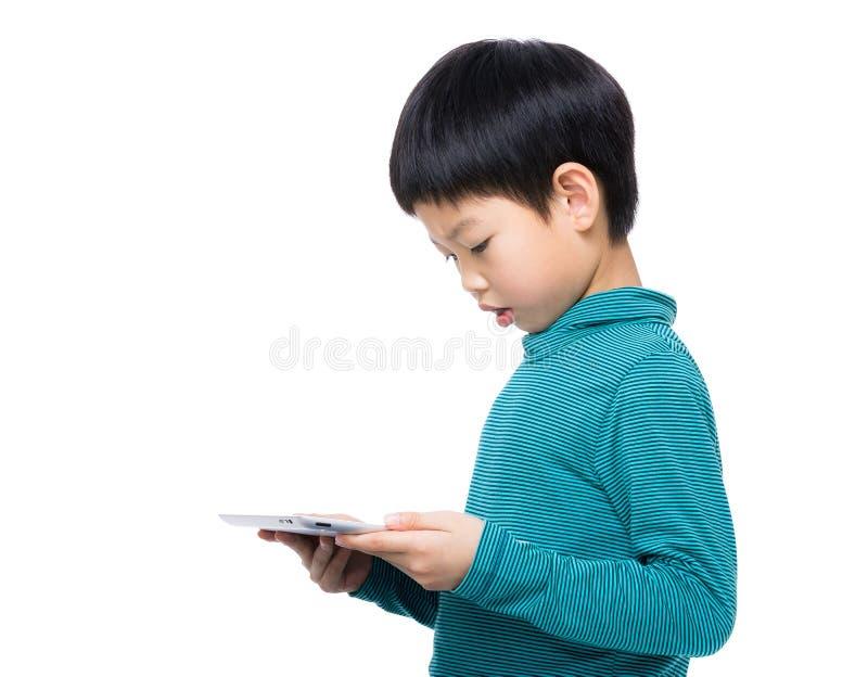Azja chłopiec używa pastylkę fotografia royalty free