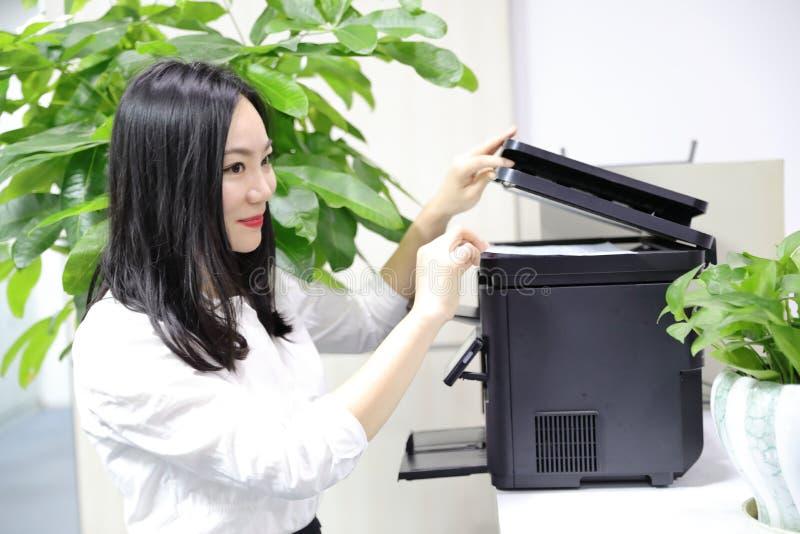 Azja damy kobiety Chińskiej biurowej dziewczyny use drukowa materialna drukarka przy praca uśmiechu odzieży zajęcia kostiumu bizn zdjęcie stock