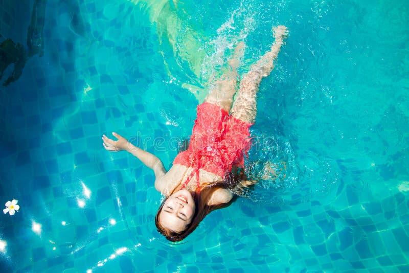 Azja kobiet pływanie w basenie fotografia stock