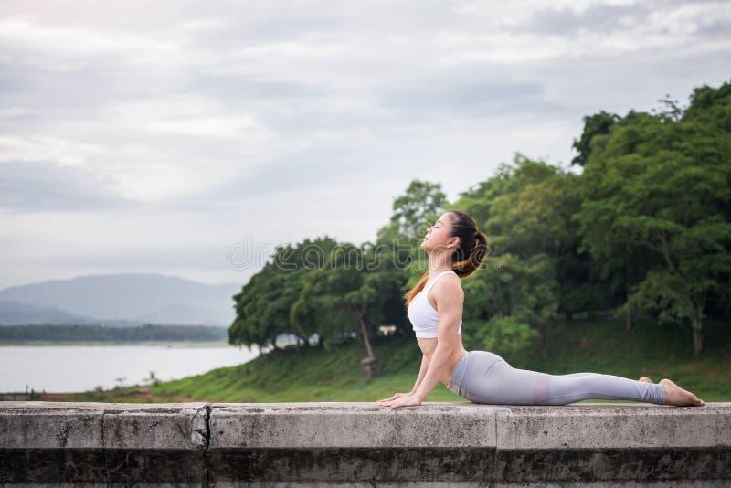 Azja kobieta robi joga sprawności fizycznej ćwiczeniu fotografia stock