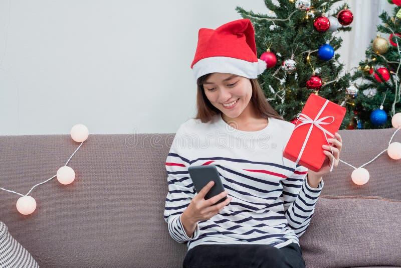 Azja kobiety odzieży Santa kapelusz, mienie prezenta pudełko i use wisząca ozdoba ch fotografia royalty free