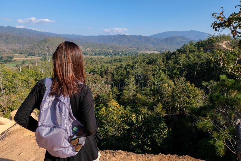 Azja kobiety podróżnik przyglądający za widoku na szczytowej górze fotografia stock