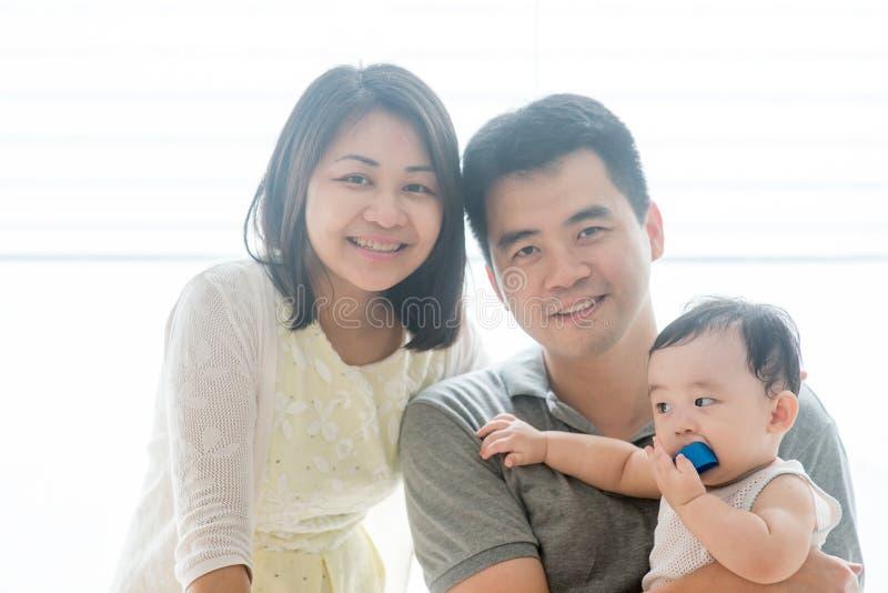 Azjata chłopiec i rodzice zdjęcia stock