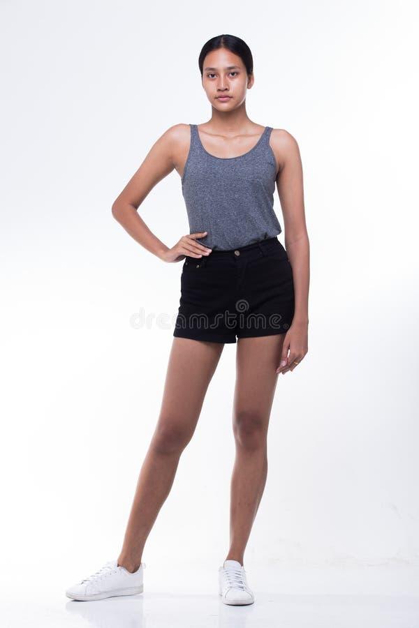 Azjata czarni włosy dębnika skóry Długa prosta kobieta w czerni sukni zdjęcie stock