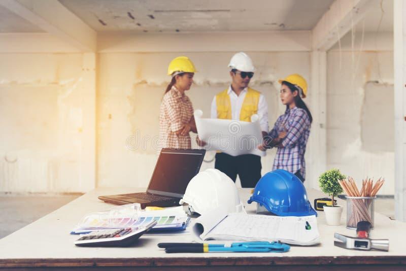 Azjata drużyny inżynier pracuje w budowie poj?cie budowa dotyka z?ota dom?w klucze zdjęcia royalty free