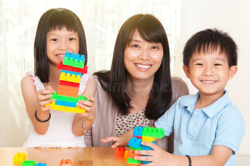 Azjata dzieciaki i matka zdjęcia stock