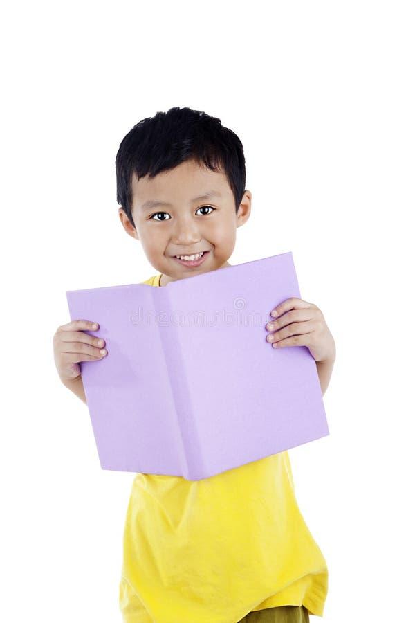 azjata książkowy chłopiec czytanie obraz royalty free