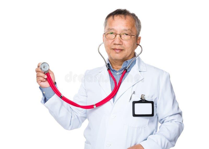 Azjata lekarka podtrzymywał z stetoskopem obraz royalty free