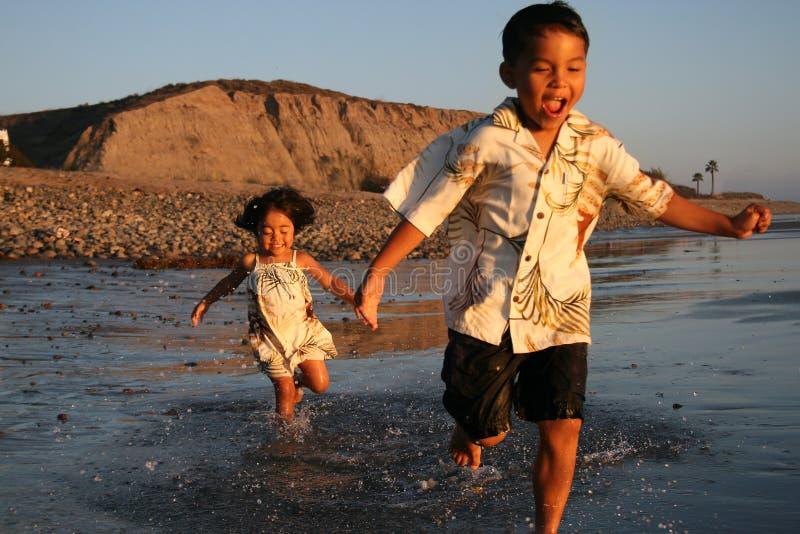 azjata plażowa chłopiec dziewczyna fotografia stock