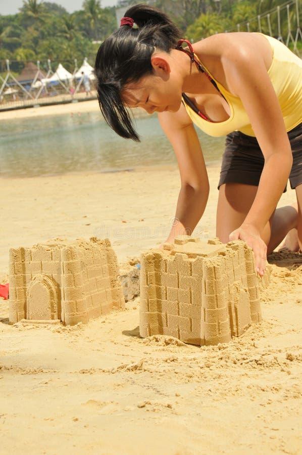 azjata plażowi budynku dziewczyny sandcastle potomstwa zdjęcie royalty free