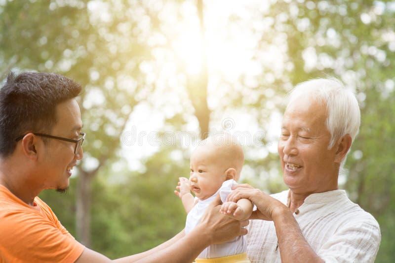 Azjata trzy pokolenia rodzinnego obrazy royalty free