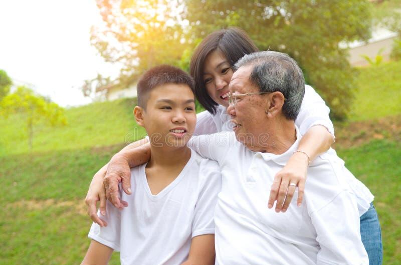 Azjata trzy pokolenia rodzinnego fotografia stock