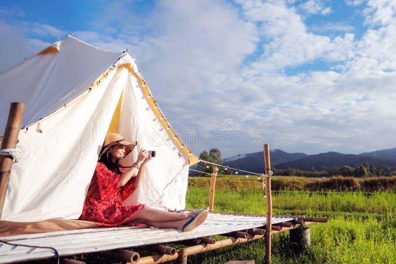 Azjatka robi zdjęcie kamerą w hrabstwie Countryside homestay obrazy royalty free
