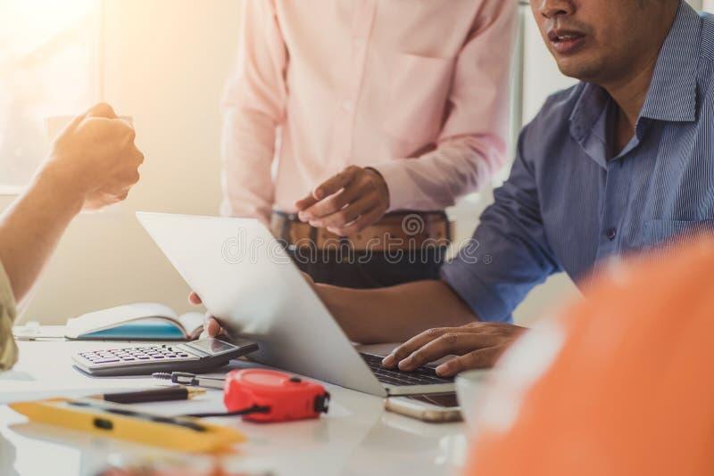 Azjatyccy architekt grupowej dyskusji na spotkaniu z budowa projektów planem ludzie biznesu Budowy inżynierii narzędzia i zdjęcia royalty free