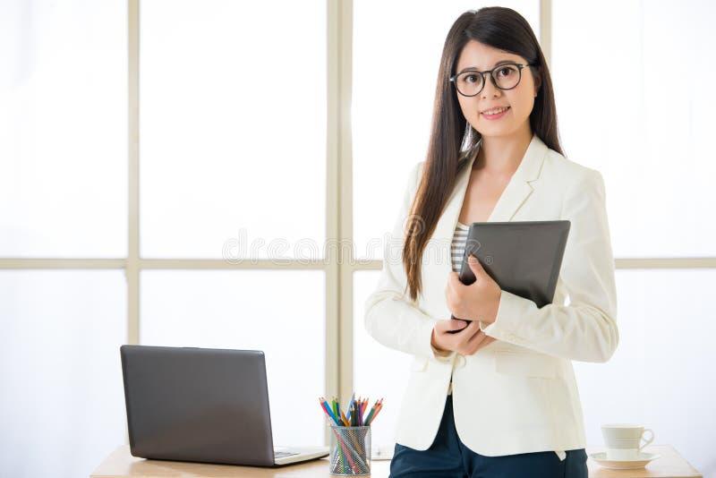 Azjatyccy atrakcyjni bizneswomany używa Cyfrowej pastylkę obraz stock