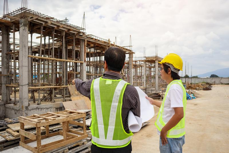 Azjatyccy biznesowego mężczyzna budowy inżyniera pracownicy przy placem budowy fotografia stock