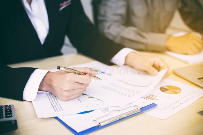 Azjatyccy bizneswomany trzyma pióro i analiza dokumenty na offi zdjęcie royalty free