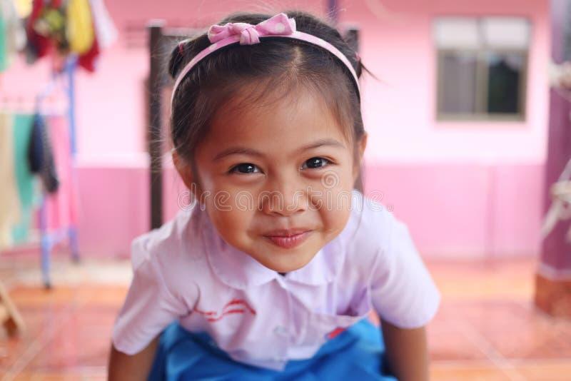 Azjatyccy dzieci i uroczy śliczny w mundurku szkolnym obrazy stock