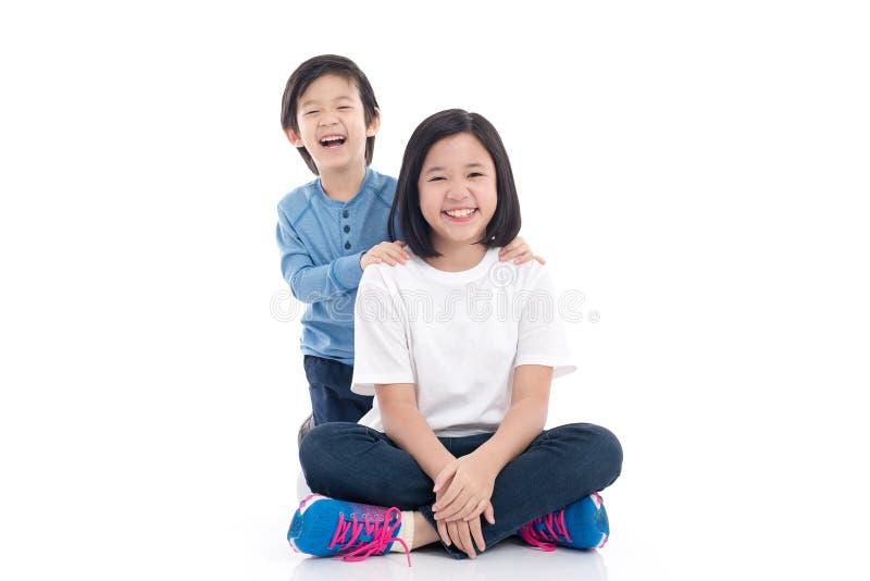 Azjatyccy dzieci siedzi na białym tle zdjęcie stock