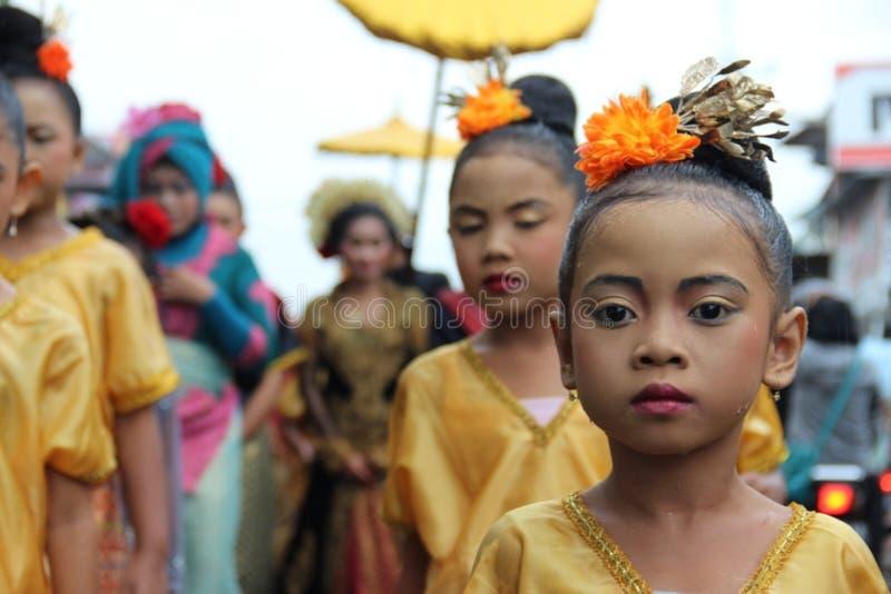 Azjatyccy dzieci w złocistych sukniach zdjęcie royalty free