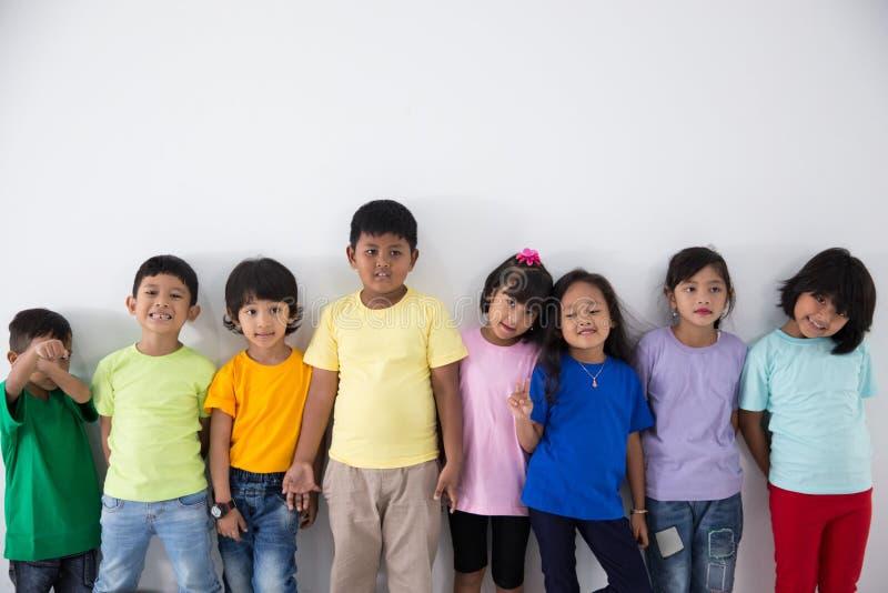 Azjatyccy dzieciaków przyjaciele jest ubranym kolorowego tshirt zdjęcie stock