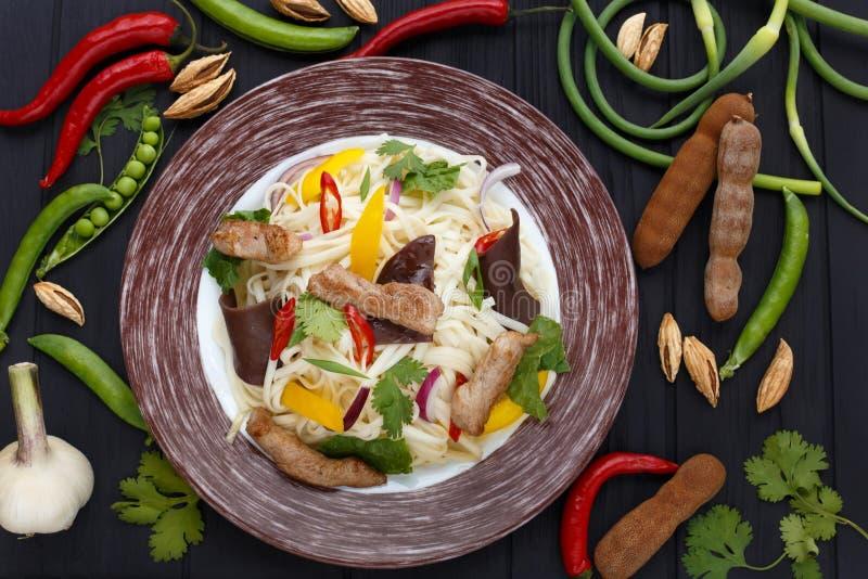 Azjatyccy kluski z piec na grillu cielęciną, muer grzybem i warzywami, wierzchołek obraz stock