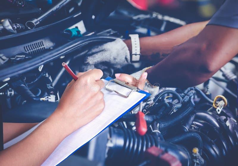 Azjatyccy kobieta inżyniery, technicy i sprawdzają mechanika i obraz stock