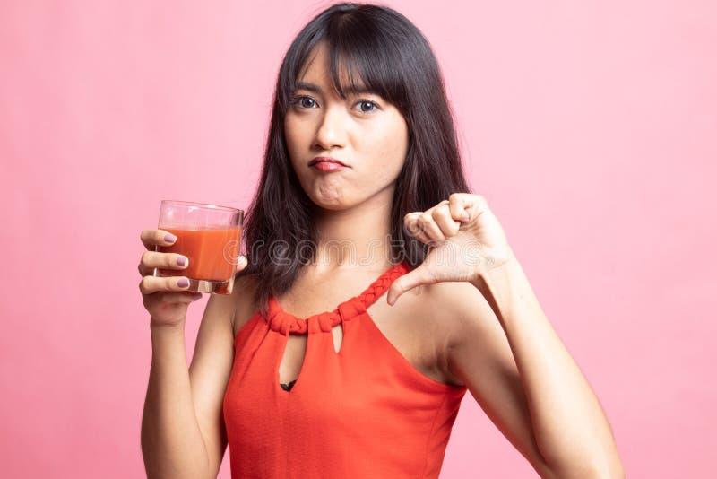 Azjatyccy kobieta kciuki zestrzelają nienawiść pomidorowego sok obraz stock