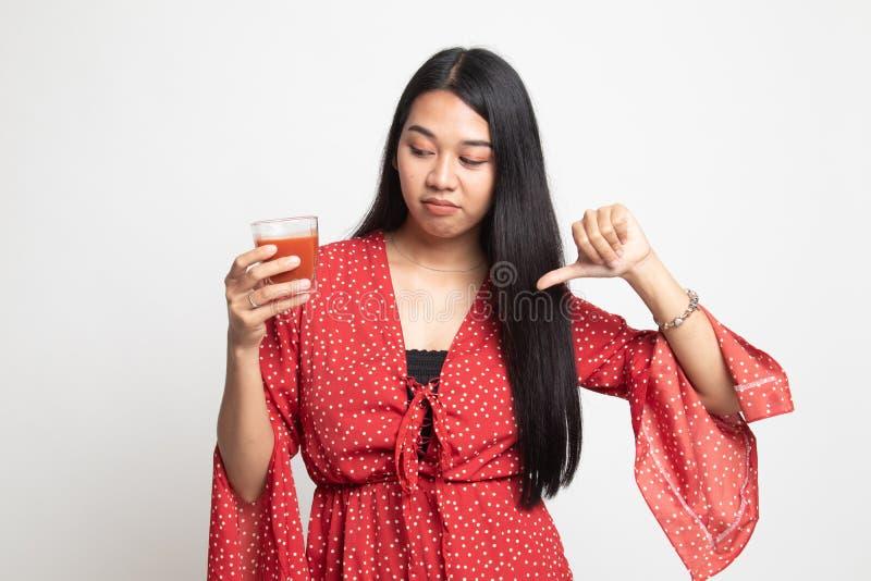 Azjatyccy kobieta kciuki zestrzelaj? nienawi?? pomidorowego sok obrazy stock