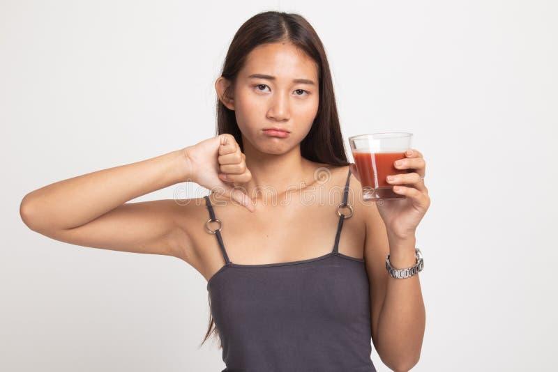 Azjatyccy kobieta kciuki zestrzelaj? nienawi?? pomidorowego sok obraz stock