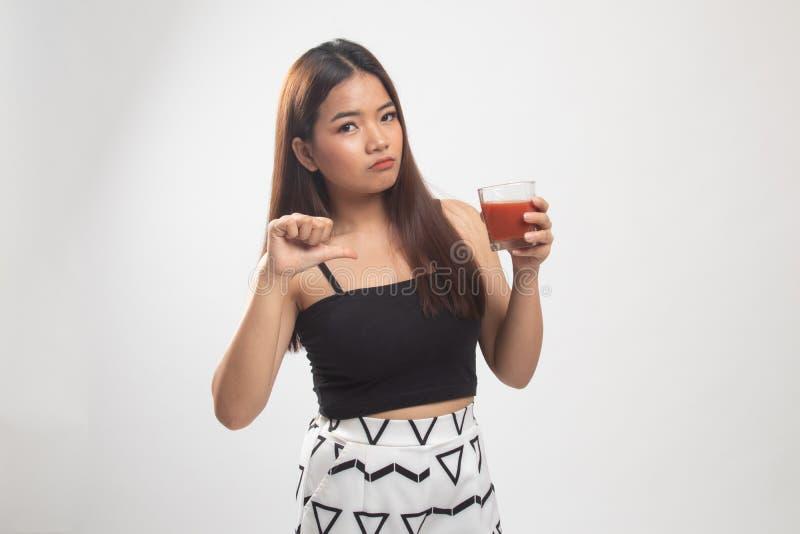 Azjatyccy kobieta kciuki zestrzelaj? nienawi?? pomidorowego sok fotografia stock