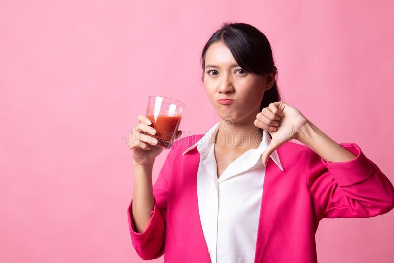 Azjatyccy kobieta kciuki zestrzelaj? nienawi?? pomidorowego sok obrazy royalty free